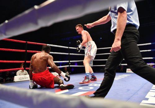 TOK TELLING: Emmanuel Feuzeu var nede i femte runde, men kom seg på bena og fullførte kampen mot Alexander Hagen. Foto: Bjørn Steinar Delebekk